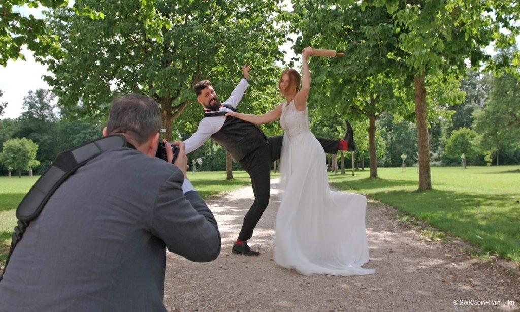 Filmstill: ... und Küsschen - Brautpaar beim Fotoshooting (© SWR / Rein + Hain Film)