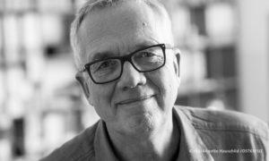 Schwarz-weißes Porträt von Regisseur Volker Heise, © rbb / Anette Hauschild / OSTKREUZ